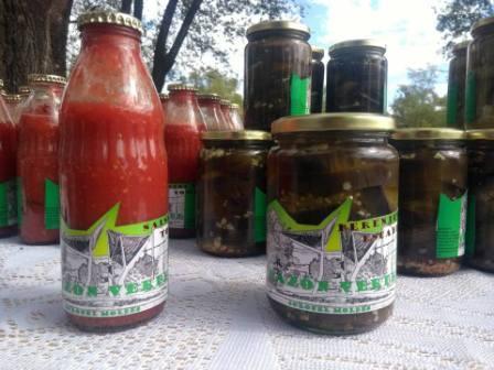 Salsa de tomate artesanal y escabeche de berenjena